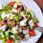 sałata w stylu greckim. z tuńczykiem, fetą i oliwkami.